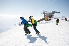Gudauri, Georgia - 6 de marzo de 2017 Paragliding del invierno en las montañas del Cáucaso sobre altos picos y el valle Imagen de archivo