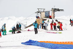 Gudauri, Georgia - 6 de marzo de 2017 Paragliding del invierno en las montañas del Cáucaso sobre altos picos y el valle Fotos de archivo