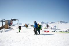 Gudauri, Georgia - 6 de marzo de 2017 Paragliding del invierno en las montañas del Cáucaso sobre altos picos y el valle Foto de archivo libre de regalías