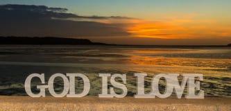 Guden är förälskelsesolnedgångfloden Royaltyfri Bild