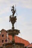 Gudinna av månen Skulptera i springbrunnen framme av stadshuset på bakgrund för molnig himmel Lüneburg Tyskland Royaltyfri Foto