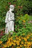 Gudinnastaty i trädgård Arkivfoton