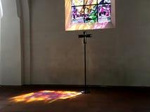 Gudljuset från ett mångfärgat exponeringsglas i en kyrka Royaltyfria Foton