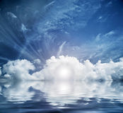 Gudomlig himmel, himmel. Begreppsmässig ingång till nytt liv Arkivfoto