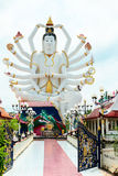 gudstaty för 18 händer & x28; Guanyin& x29; på bakgrund av blå himmel i templ Arkivfoton