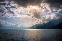 Gudstrålar och berg på Atiltan sjön - Panajachel, Guatemala Arkivbild