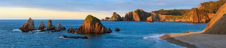 Gueirua plaża przy zmierzchem Hiszpanii asturii Zdjęcia Stock