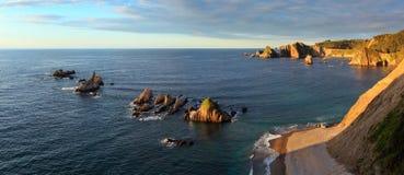 Gueirua plaża przy zmierzchem Hiszpanii asturii Obrazy Stock
