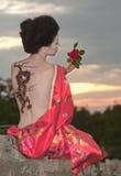 Gueixa com tatuagem do dragão fotografia de stock royalty free