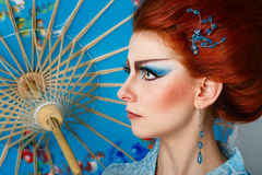 Gueixa em um vestido esperto com guarda-chuva Imagens de Stock Royalty Free