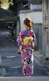 Gueixa que anda na rua Foto de Stock Royalty Free