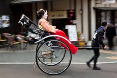 Gueixas que viajam em um riquexó, Kyoto, Japão fotos de stock