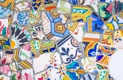 五颜六色的陶瓷马赛克在公园Guell,巴塞罗那 免版税图库摄影