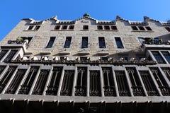 Guell宫殿在巴塞罗那,西班牙 免版税库存照片
