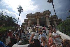 туристы парка guell barcelona Стоковые Изображения