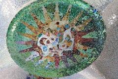 Guell del parque en Barcelona con los medallones del mosaico Foto de archivo libre de regalías