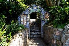 Guernesey - arco lateral de la trayectoria de la pequeña capilla Fotos de archivo