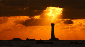 Guernsey-zonsondergang achter Hanois-Vuurtoren Royalty-vrije Stock Foto's