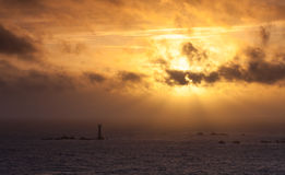 Guernsey-zonsondergang achter Hanois-Vuurtoren Stock Foto's