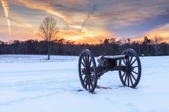 Guerra civil Canon en campo de batalla en la puesta del sol Fotos de archivo libres de regalías