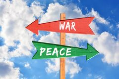 Guerra contra a paz no sinal direcional de madeira Fotos de Stock