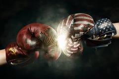 Guerra fria entre EUA e Rússia simbolizada com as luvas de encaixotamento foto de stock