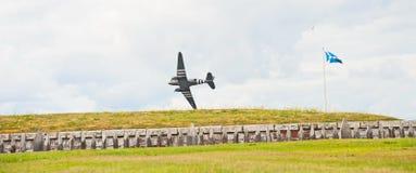 Guerra mundial 2 Dakota que vuela bajo Imágenes de archivo libres de regalías