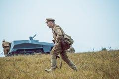 Guerra Mundial histórica de la reconstrucción Segunda Los soldados van en la a Imagen de archivo libre de regalías