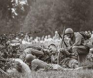 Guerra Mundial histórica de la reconstrucción Segunda Soldados en la batería Foto de archivo