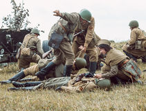 Guerra Mundial histórica de la reconstrucción Segunda Soldados en la batería Fotografía de archivo libre de regalías