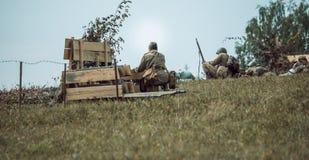 Guerra Mundial histórica de la reconstrucción Segunda Soldados en la batería Imagen de archivo