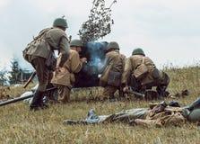 Guerra Mundial histórica de la reconstrucción Segunda Soldados en la batería Imagenes de archivo