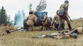 Guerra Mundial histórica de la reconstrucción Segunda Soldados en la batería Foto de archivo libre de regalías