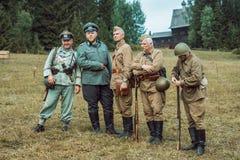 Guerra Mundial histórica de la reconstrucción Segunda Soldados que presentan en t Imagen de archivo libre de regalías