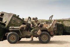 Guerra mundial SOLDADO e Willies Jeep de 2 eras Fotos de Stock Royalty Free