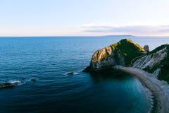 Guerra o mar e do ` azuis do homem O encalham, Dorset, Reino Unido Fotos de Stock
