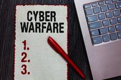 Guerre de Cyber d'écriture des textes d'écriture Le concept signifiant le système virtuel de pirates informatiques de guerre atta image libre de droits