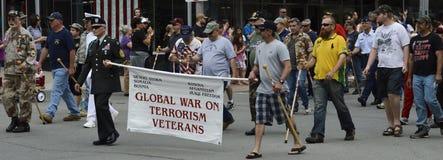 Guerre globale sur des vétérans mars de terrorisme dans le défilé Image libre de droits