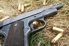 Guerre mondiale 1911 2 1911 pistolets avec 45 balles automatiques de haute qualité photographie stock libre de droits