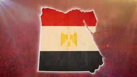 Guerree en Egipto, mapa egipcio con la bandera, muchedumbre, armas en fondo ilustración del vector