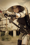 Guerreiro atrativo da mulher que realiza em suas curva e seta das mãos e Foto de Stock