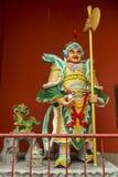 Guerreiro chinês na frente do santuário budista Imagens de Stock Royalty Free