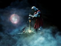 Guerreiro da fantasia que puxa a espada da rocha ilustração do vetor