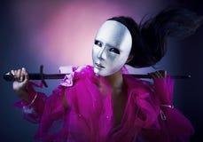 Guerreiro da mulher em uma máscara de prata com uma espada Imagens de Stock Royalty Free