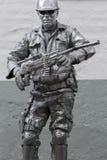 Guerreiro de MadMax que guarda armas nas cores de prata no centro de Quito, Imagem de Stock
