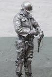 Guerreiro de MadMax que guarda armas nas cores de prata no centro de Quito, Equador Imagens de Stock Royalty Free