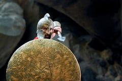 Guerreiro espartano maduro nas madeiras Foto de Stock