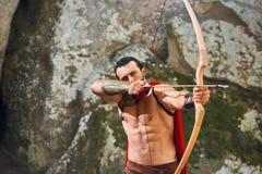 Guerreiro espartano maduro nas madeiras Fotos de Stock