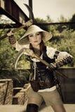 Guerreiro fêmea attrctive bonito que guarda dois espadas e fighti Imagem de Stock Royalty Free