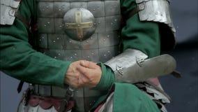 Guerreiro medieval que desafivela a correia filme